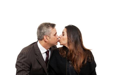 besos apasionados: Pareja beso aislado en el fondo blanco Foto de archivo