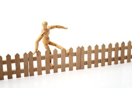 salto de valla: Un mu?eco que salta la frontera. Foto de archivo