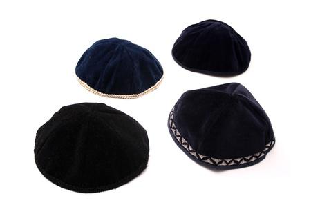 kippah: Una kip? es una peque?a tapa (cubierta principal), es un casquete delgado, ligeramente redondeada tradicionalmente usado por los hombres jud?os observadores.