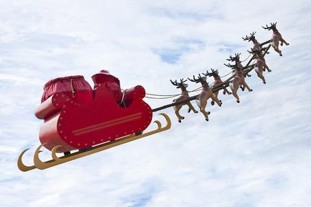 trineo: Pap� Noel que monta un trineo en una luz d�a dirigido por renos