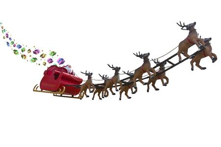 trineo: Papá Noel que entrega los regalos de todo el mundo por montar un trineo conducido por renos aislados en blanco backgound