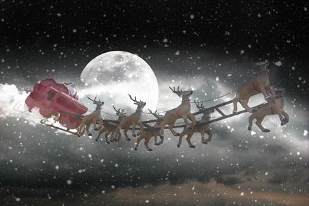 reno: Pap� Noel que monta un trineo conducido por renos en estrellas azules