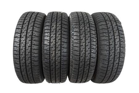llantas: Conjunto de neumáticos nuevos aislados sobre fondo blanco