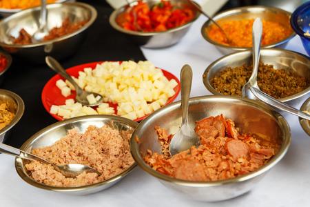 escarola: temas de crep� en un cuencos - queso, at�n, pollo, tomates secos, gambas, mantequilla, carne seca, endibia y otros.