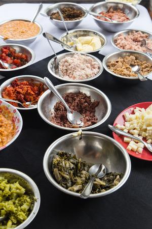 escarola: temas de crepé en un cuencos - queso, atún, pollo, tomates secos, gambas, mantequilla, carne seca, endibia y otros.