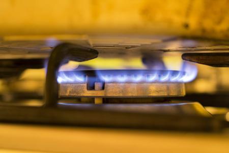 under fire: Fuego encendido en una sart�n en la cocina Foto de archivo