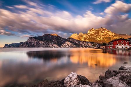 Alba meravigliosa in una mattina tranquilla sul lago di Garda a Torbole sul