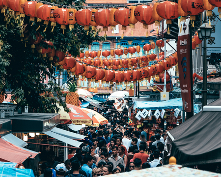 Busy street in Chinatown, Singapore with lunar new year celebration 新聞圖片