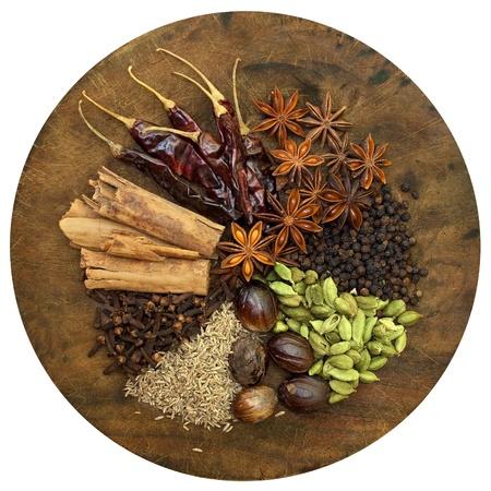 dried spice: Imagen de mezcla de especias en una tabla de cortar de madera Foto de archivo