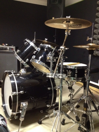 cymbals: Drumset in a rehearsal studio