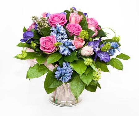 rosas amarillas: ramo de lilas y rosas en florero de vidrio Foto de archivo