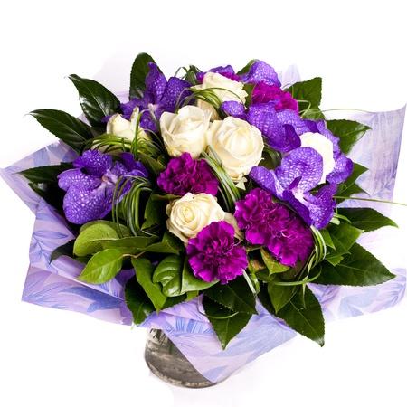 clavel: ramo de violetas en el florero flowrs aislado en blanco Foto de archivo