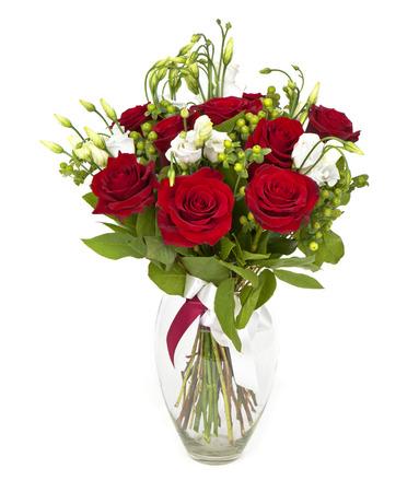 mujer con rosas: ramo de rosas rojas y flores blancas en blanco Foto de archivo