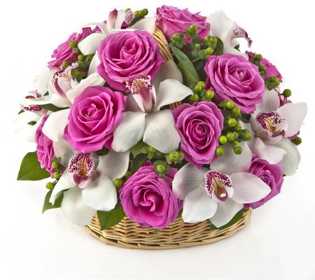 yellow roses: ramo de rosas y lilias rosa en la cesta sobre fondo blanco