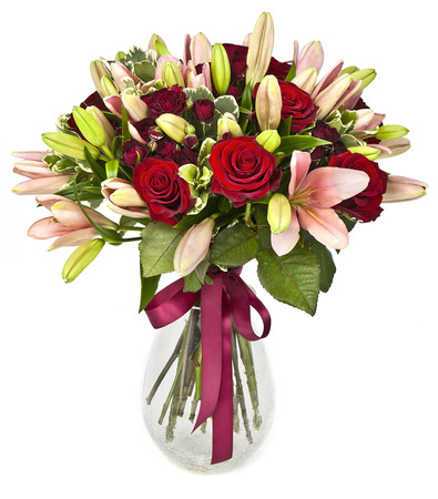 ramo de flores: ramo de rosas y lilias sobre fondo blanco