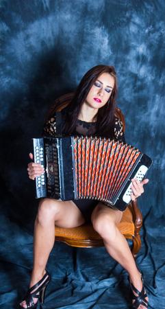 acordeon: Hermosa chica sexy en el fondo de la moda elegante víspera