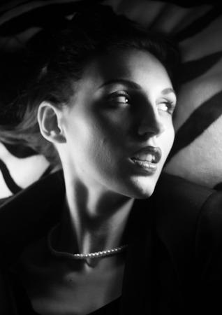 sexualidad: retrato de una muchacha hermosa en la imagen de la celebridad estrella de cine maquillaje estilo pasado de moda de belleza viejo Hollywood Foto de archivo