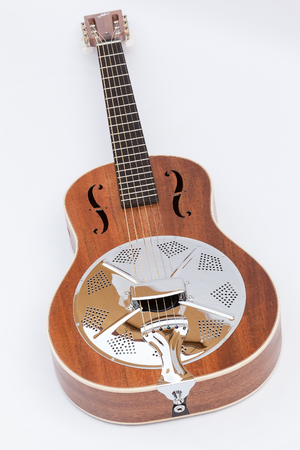 caoba: Resonador guitarra ac�stica hecha por luthier Luciano Queiroz, Cuerpo de caoba.