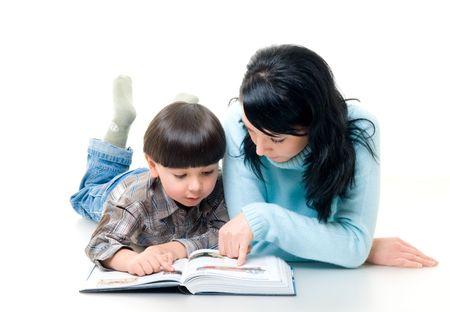 mamma e figlio: Il mum con il figlio ha letto il libro Archivio Fotografico