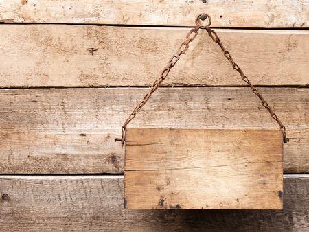 letreros: Letrero de madera en la cadena de metal