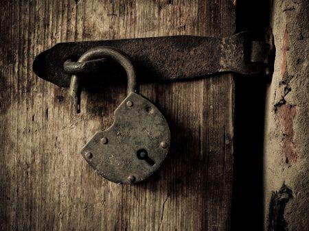 or lock up: Antiguo candado en una puerta de madera  Foto de archivo