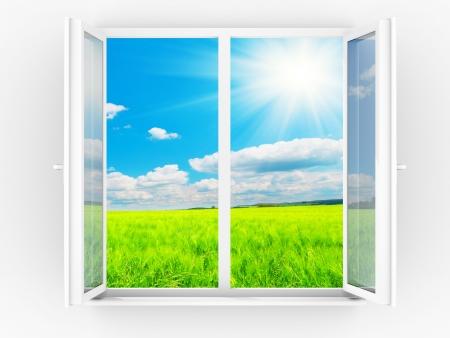 ventana abierta interior: Cielo y sol en ventana abierta  Foto de archivo