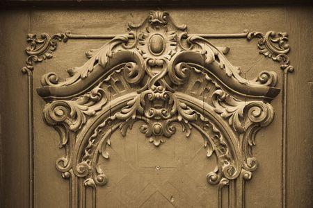 tallado en madera: Puerta con grabado de madera  Foto de archivo