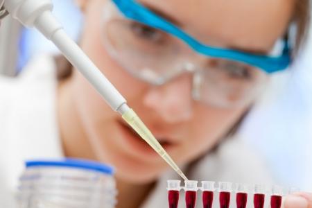 Laborantin Analysieren einer Blutprobe Standard-Bild - 9347596