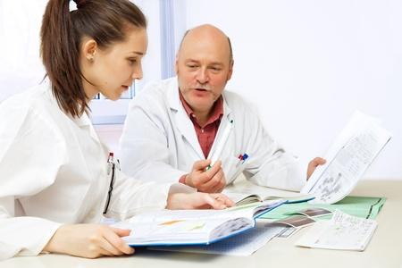 estudiantes medicina: chica estudiante y profesor en el aula