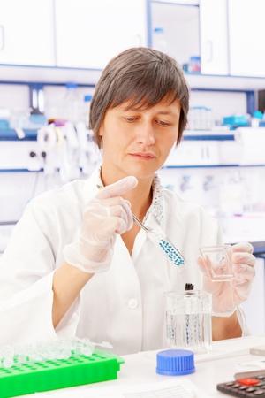 biopsia: cient�fico analizar sector tejido biol�gico