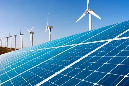 wind farm: Generador de viento y paneles solares Foto de archivo