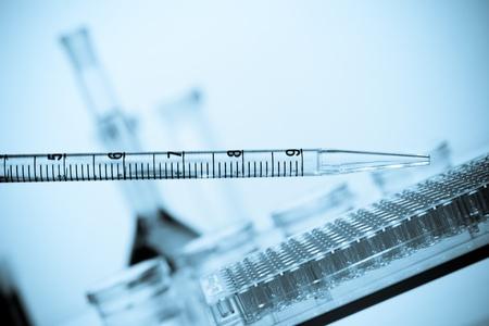 pipeta: Pipetear agregar l�quido a una placa de petri