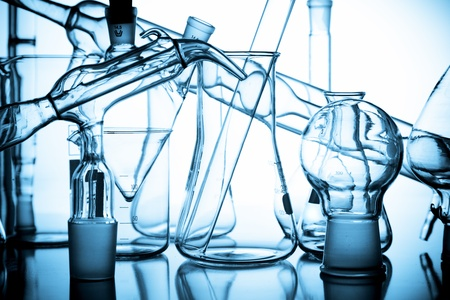 material de vidrio: vaso de precipitados de laboratorio. matraz y otros equipos