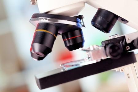 microscope: Las lentes del microscopio en el laboratorio de la clínica