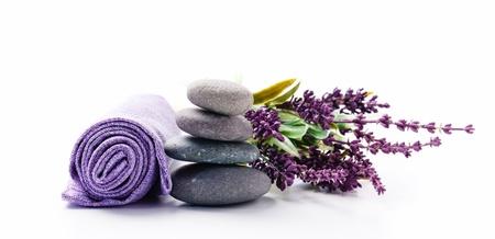 masaje: Ramo de lavanda y piedras zen Foto de archivo