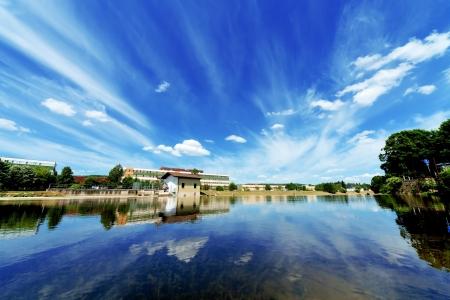 recursos naturales: Depósito de agua urbano con la reflexión del cielo