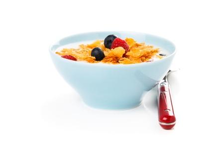 corn flakes: Corn flakes avec petits fruits et le lait isol� sur blanc