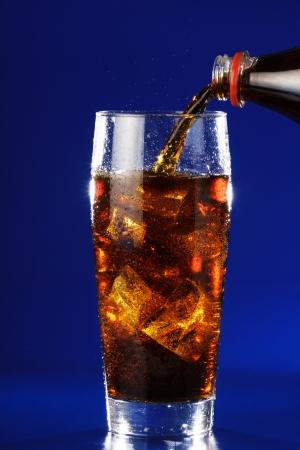 acqua di seltz: Acqua Soda � versato da una bottiglia in un bicchiere Archivio Fotografico