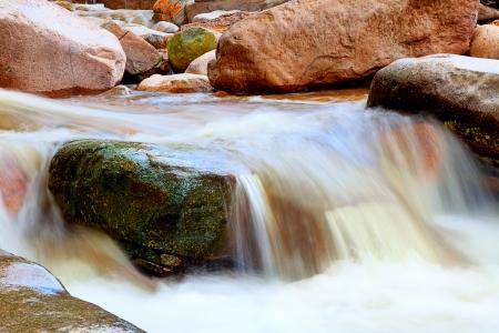 recursos naturales: El flujo de agua en una corriente de montaña Foto de archivo