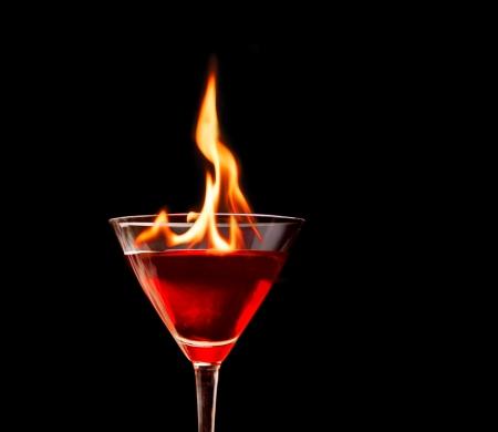 copa martini: C�ctel en un vaso de martini con fuego Foto de archivo