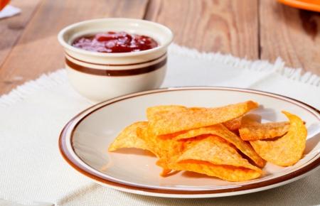 Nachos mexicanos y la salsa en un plato Foto de archivo - 17085519