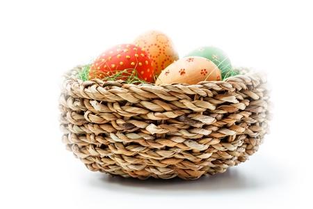 origen animal: Huevos de Pascua en una cesta de mimbre Foto de archivo