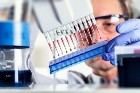 biotecnologia: Cient�fico multipipeta utiliza durante la investigaci�n del ADN