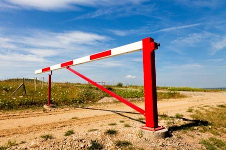 schlagbaum: Red Gate auf einer Landstraße