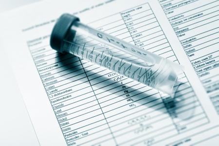 control de calidad: Beber agua en el tubo de ensayo para el an�lisis qu�mico y microbiol�gico