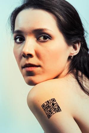 jeune fille adolescente nue: Fille avec un code QR sur l'�paule, les donn�es de protection personnelle