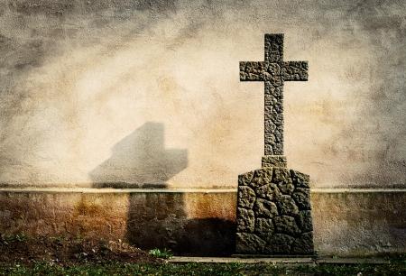 Croce sulla lapide grunge parete di fondo Archivio Fotografico - 20220124
