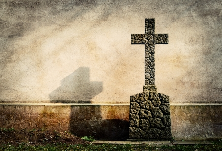 memorial cross: cruzar en la l�pida grunge pared de fondo Foto de archivo
