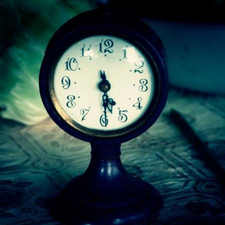 orologi antichi: Orologio d'epoca su un tavolo