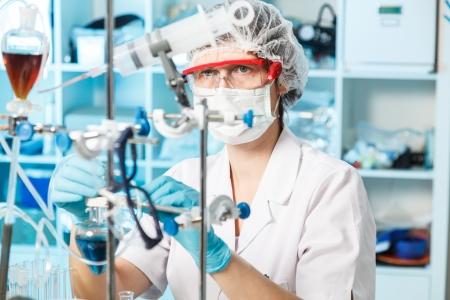 laboratorio: auxiliar de laboratorio mujer en el laboratorio de calidad de los alimentos
